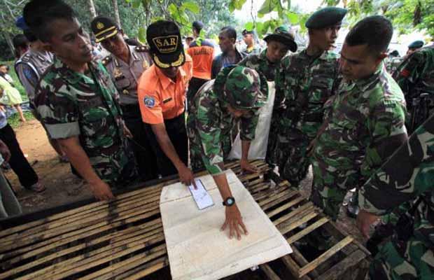Equipes de resgate preparam-se nesta quinta-feira (29) para partir nas buscas do avião acidentado em Sumatra, na Indonésia (Foto: Reuters)