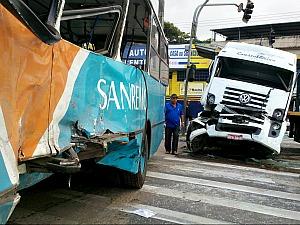 Acidente entre caminhão e ônibus deixa duas pessoas feridas, no ES (Foto: Vinícius Batista/TV Gazeta)