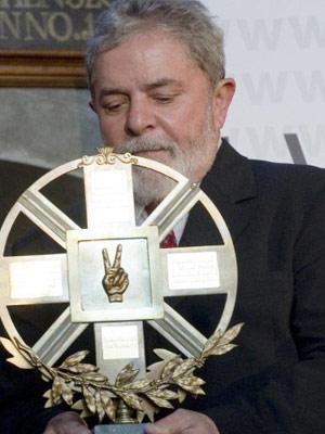 O ex-presidente Luiz Inácio Lula da Silva com o prêmio recebido na Polônia (Foto: Adam Nurkiewicz / AFP)