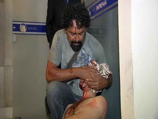 Manifestante fica ferido em confronto com a polícia na Assembleia Legislativa do Ceará. (Foto: TV Verdes Mares/Reprodução)