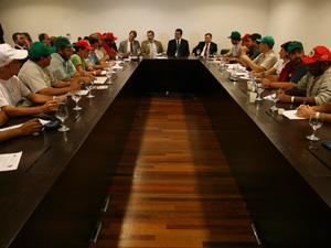 Integrantes do MST durante rodada de negociações com o ministro da Secretaria-Geral da Presidência, Gilberto Carvalho, em agosto. (Foto: Beto Barata/AE)