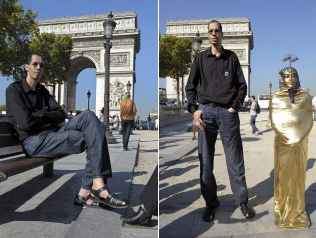 Brahim Takioullah posou para fotos nesta quinta-feira em Paris. (Foto: Bertrand Guay/AFP)