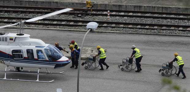 Passageiros são resgatados após o acidente desta quinta-feira (29) na Venezuela (Foto: AP)
