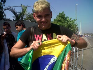 Felipe mostra bandeira autografada (Foto: Carolina Lauriano / G1)