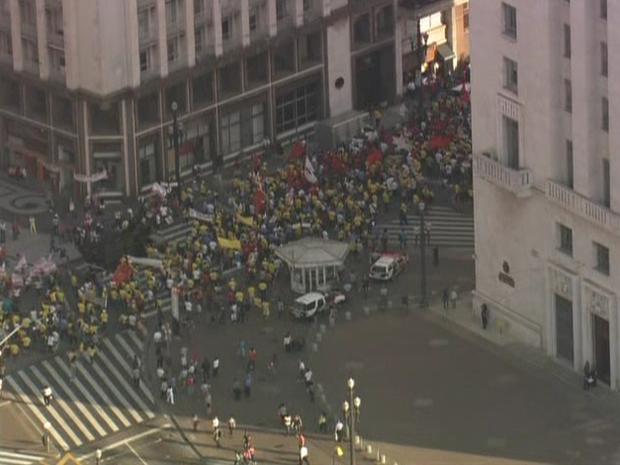 Manifestantes bloqueavam Rua Líbero Badaró por volta das 16h30 desta sexta-feira (Foto: Reprodução/ TV Globo)