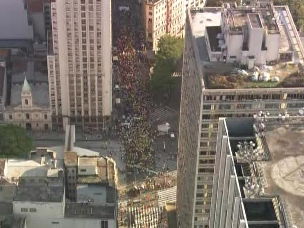 No mesmo horário, bancários e funcionários dos Correios protestavam (Foto: Reprodução/ TV Globo)