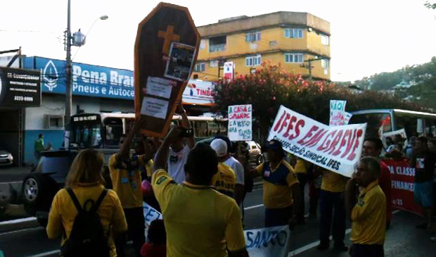 Protesto fechou a avenida Vitória na tarde desta sexta-feira (30). (Foto: Álvaro Zanotti/TV Gazeta)