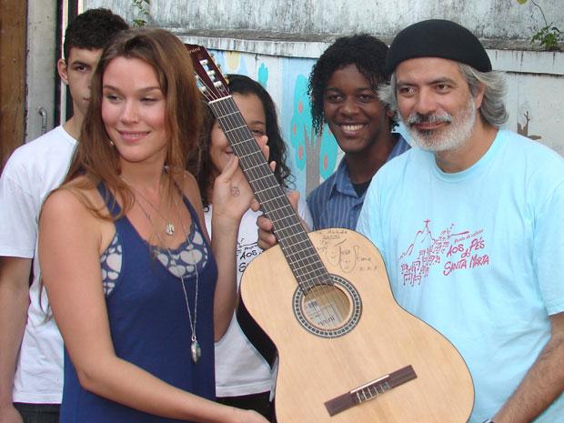 Joss Stones autografa violão (Foto: Carla Meneghini/G1)