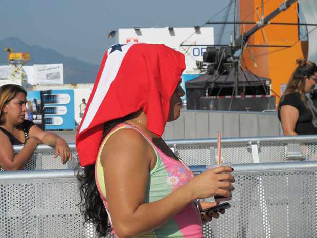Mulher protege a cabeça do sol com camisa do Pará (Foto: Carolina Lauriano / G1)