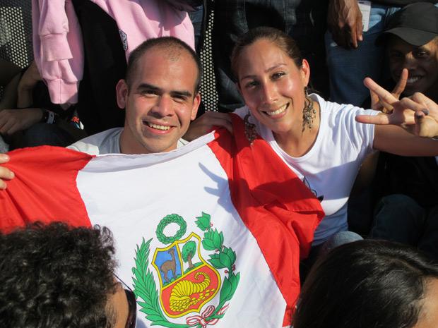 Amigos levantam a bandeira de Rondônia (Foto: Carolina Lauriano / G1)