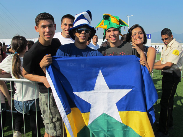 Amigos mostram a bandeira de Rondônia (Foto: Carolina Lauriano / G1)