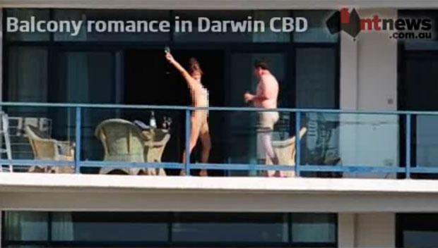 Casal nu é visto na sacada (Foto: Reprodução/NTNews)