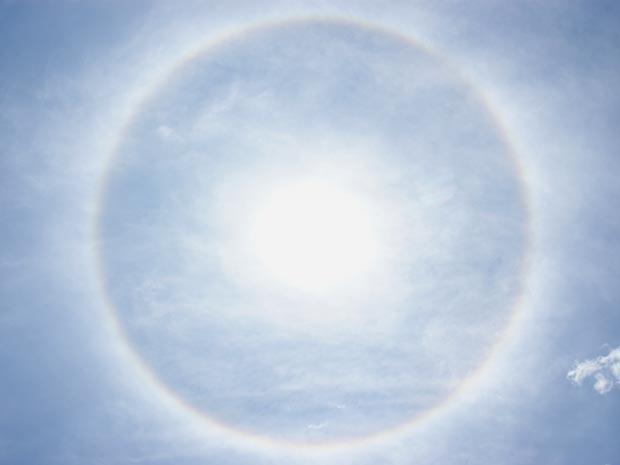 Círculo em torno do Sol visto em Brasília no final da manhã desta sexta-feira (30) (Foto: Vianey Bentes/TV Globo)