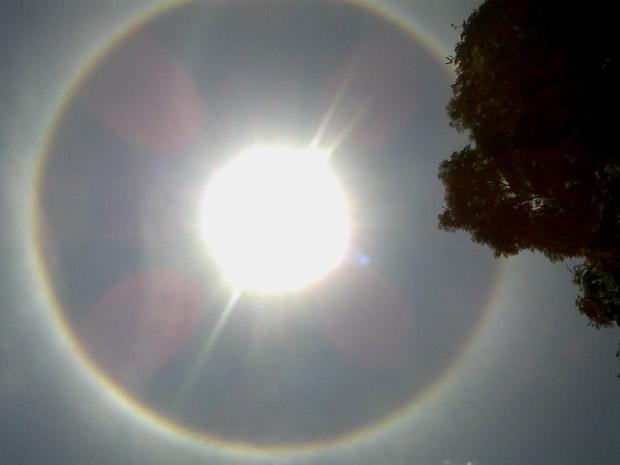 Círculo em torno do Sol visto em Brasília no final da manhã desta sexta-feira (30) (Foto: Fausto Carneiro/G1)