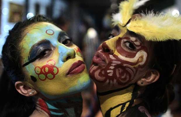 Eles reproduziram, no corpo das pessoas, os padrões dos 'alebrijes', tradicionais esculturas mexicanas de criaturas fantásticas (Foto: Henry Romero/Reuters)
