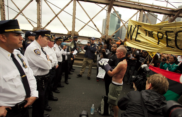 Policiais impedem passagem de manifestantes na ponte Brooklyn, em Nova York (Foto: Jessica Rinaldi/Reuters)
