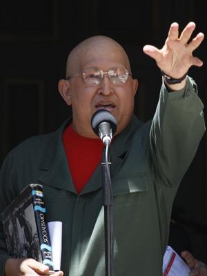 Hugo Chávez durante cerimônia no palácio do governo (Foto: Fernando Llano/AP)