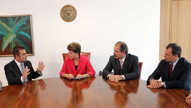 A presidente Dilma Rousseff em encontro no Palácio do Planalto com o presidente da Renault-Nissan, Carlos Ghosn (primeiro à esq.), o ministro Aloizio Mercadante e o governador do Rio, Sérgio Cabral (último à dir.) (Foto: André Dusek / Agência Estado)