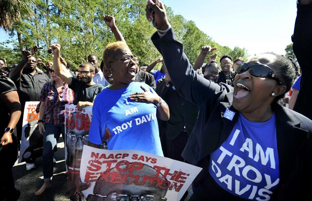 Ativistas e parentes durante o funeral de Troy Davis, na Geórgia (Foto: Stephen Morton/AP)
