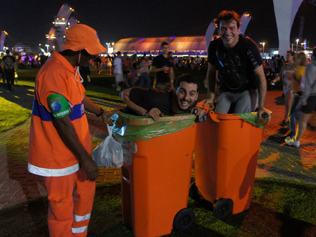 Galera aproveita intervalos dos shows para brincar até com os cestos de lixo na Cidade do Rock, na noite deste sábado (1º).  (Foto: Glauco Araújo/G1)
