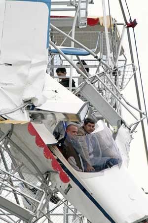 As duas crianças, o piloto e o passageiro do ultraleve antes do resgate (Foto: AP)