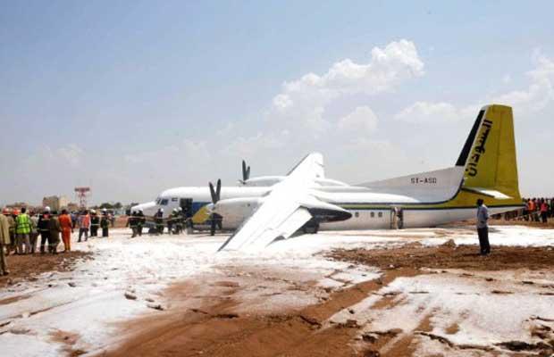 Espuma é derramada sobre a pista após pouso de emergência feito por avião Fokker 50 da Sudan Airways neste domingo (2) no aeroporto da capital, Cartum (Foto: AFP)