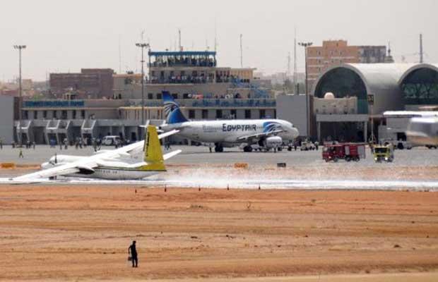 O avião, com 45 pessoas a bordo, fez um pouso forçado após o trem de pouso ter emperrado, segundo um porta-voz da agência local de aviação civil. Não houve mortos ou feridos graves (Foto: AFP)