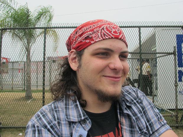 O estudante Cauê Martins, fã do Guns N' Roses, vestiu adereço em homenagem à banda (Foto: Carolina Lauriano / G1)
