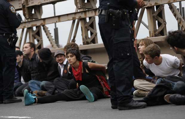 Manifestantes algemados após invasão da Ponte do Brooklyn neste sábado (1º) (Foto: Reuters)