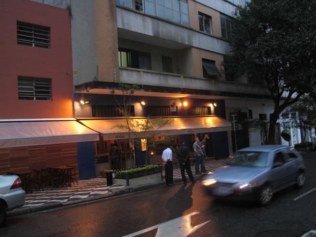 Calçado próxima de restaurante onde rapaz foi agredido (Foto: Roney Domingos/ G1 )