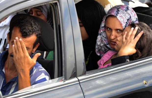 Família abandona a cidade líbia de Sirte neste domingo (2) (Foto: AFP)