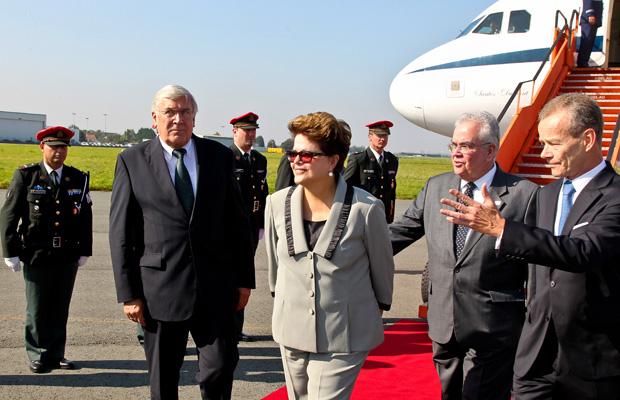 Presidente Dilma Rousseff é recepcionada na chegada ao aeroporto em Bruxelas, na Bélgica (Foto: Roberto Stuckert / Presidência)