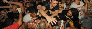 Na grade, fãs passam por aperto (Flavio Moraes/G1)