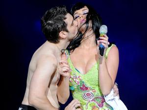 Julio de Sorocaba ganha um desejado beijo de Katy Perry (Foto: Flavio Moraes/G1)