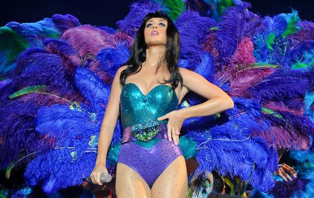 Não só pelos hits Katy Perry agradou no show do primeiro dia de Rock in Rio. A cantora trocou diversas vezes de roupa, mostrou decotes e plumas e paetês e ganhou o público também pelo visual (Foto: Flavio Moraes/G1)