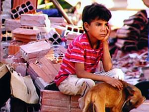 Menino ficou desolado ao ver a casa no chão (Foto: Reprodução/TVCA)