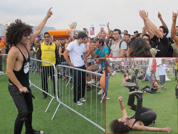 Músico desconhecido conseguiu atrais flashes e aplausos por sua cabeleira e cambalhotas no Rock in Rio (Foto: Tássia Thum/G1)