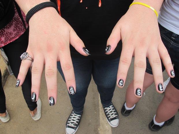 Jovem pinta unhas para homenagear Guns N' Roses (Foto: Carolina Lauriano  /G1)