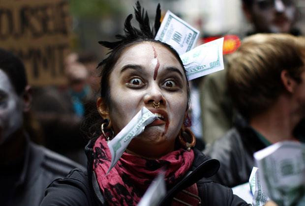 O grupo entra na terceira semana de atos no centro financeiro de Manhattan contra a situação econômica dos Estados Unidos e a 'ganância corporativa'. (Foto: Mike Segar/Reuters)