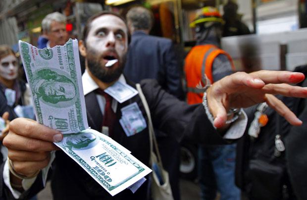 Manifestantes se vestiram de 'zumbis corporativos' nesta segunda-feira (3) para protestar como parte do movimento 'Occupy Wall Street' ('Ocupem a Wall Street'). (Foto: Mike Segar/Reuters)