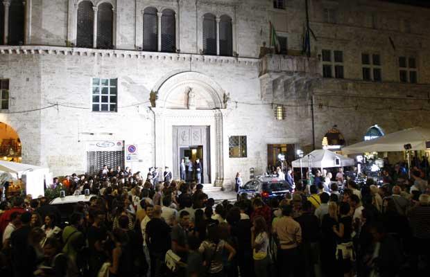 Jornalistas e admiradores de Amanda fazem vigília em frente ao prédio do tribunal, em Perugia, nesta segunda-feira (3) (Foto: AP)