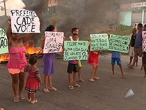 Protesto na BA-528 (Foto: Reprodução/TV Bahia)