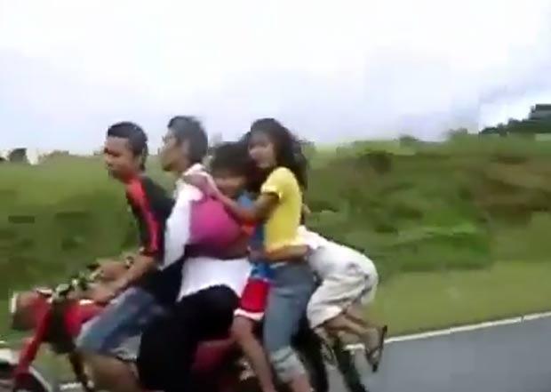Vídeo publicado na internet mostra uma moto superlotada em uma estrada na Ásia. (Foto: Reprodução)