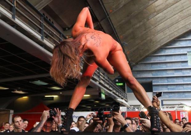 Dançarina realiza show durante a feira erótica. (Foto: Valery Hache/AFP)