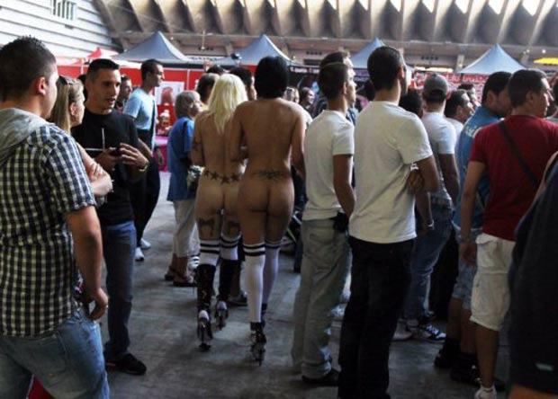 Strippers circularam nuas no sábado (1º) durante feira erótica em Nice, na França. Evento foi realizado no último fim de semana. (Foto: Valery Hache/AFP)