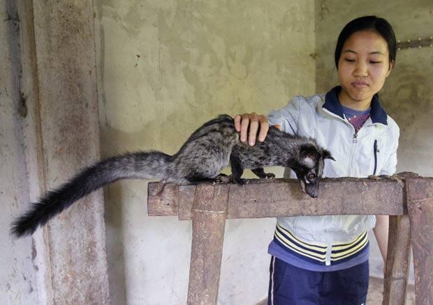 Filha de Dinh Cong Hiep, Dinh Thi Thanh com o mustela. (Foto: Kham/Reuters)