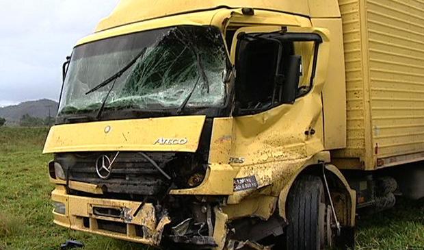 Caminhão foi atingido por outro na BR-101, em Guarapari. (Foto: Reprodução/TV Gazeta)
