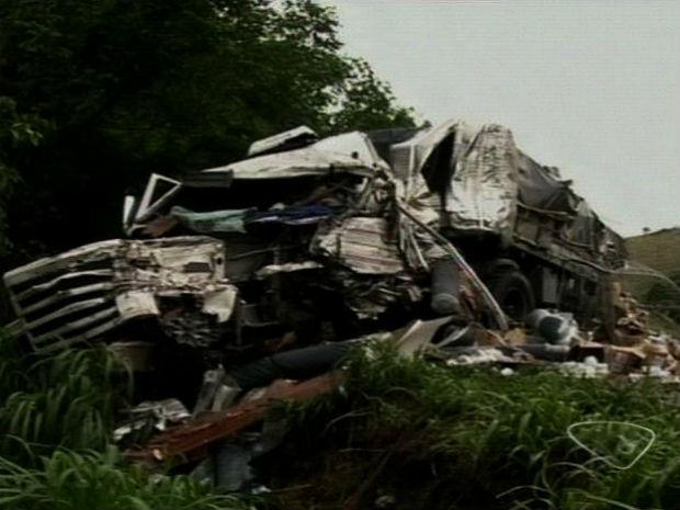 Caminhoneiro morre em acidente na BR-101, no Sul do ES (Foto: Reprodução/TV Gazeta)