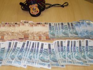Dinheiro foi apreendido com fiscal do trabalho (Foto: Divulgação/ Polícia Federal)