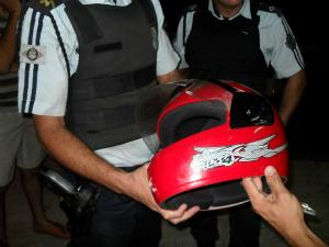 Paralelepípedo lançado contra motociclista atingiu capacete. (Foto: Alex Pimentel/Colaboração)